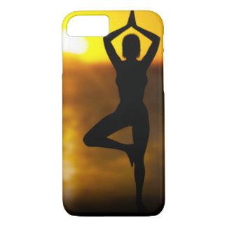 Fêmea da ioga pelo oceano em capas de iphone do