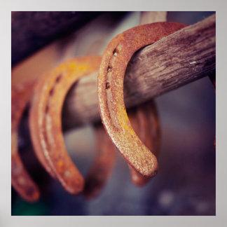 Ferraduras no país de madeira do vaqueiro do poster