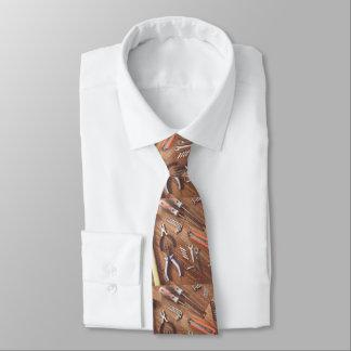 Ferramentas na gravata de madeira do impressão