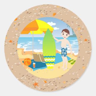 Festa de aniversário da praia do menino do adesivo redondo