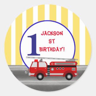 Festa de aniversário do carro de bombeiros adesivo redondo