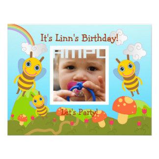 Festa de aniversário feliz com abelhas amigáveis convite personalizado