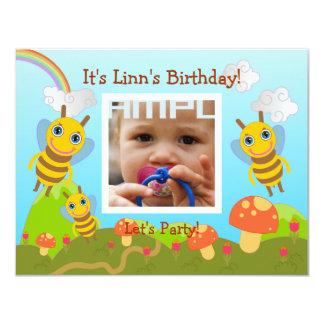Festa de aniversário feliz com abelhas amigáveis convite 10.79 x 13.97cm