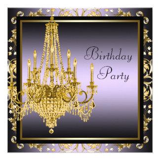 Festa de aniversário roxa do candelabro do ouro convite personalizado
