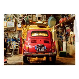 Fiat vermelho 500 Cinquecento no cartão de Italia