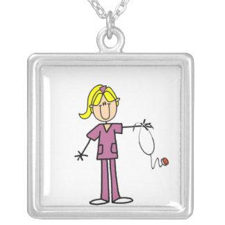 Figura fêmea loura t-shirt da vara da enfermeira pingentes