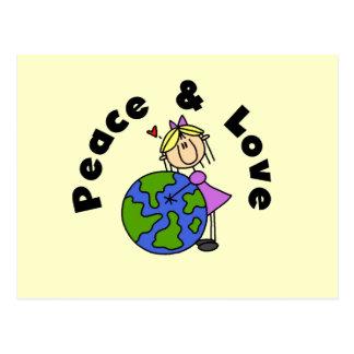 Figura paz da vara da menina e t-shirt e presente cartão postal