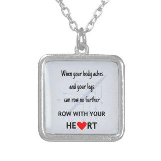 Fileira com sua motivação do coração colar banhado a prata