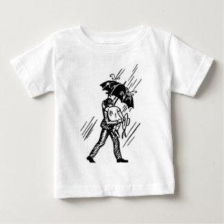 Filha do carregando do pai na camisa da chuva camisetas