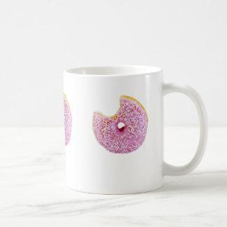 filhós cor-de-rosa com uma caneca faltante da