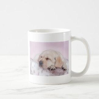 Filhote de cachorro amarelo de labrador retriever caneca de café