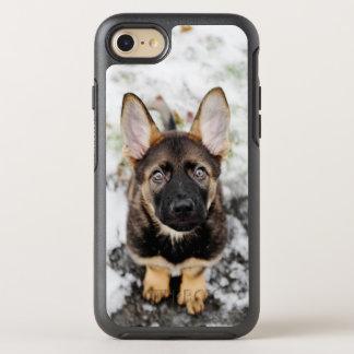 Filhote de cachorro bonito que olha acima capa para iPhone 8/7 OtterBox symmetry