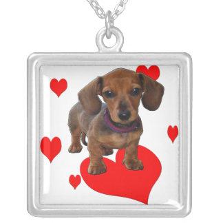 Filhote de cachorro do DACHSHUND com corações Colar Com Pendente Quadrado