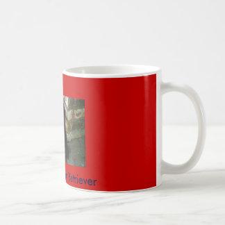 Filhote de cachorro preto de labrador retriever caneca de café