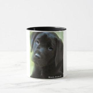 filhote de cachorro preto do laboratório caneca