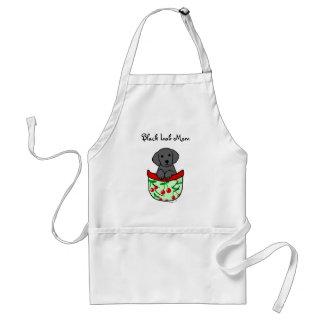 Filhote de cachorro preto do laboratório no bolso aventais