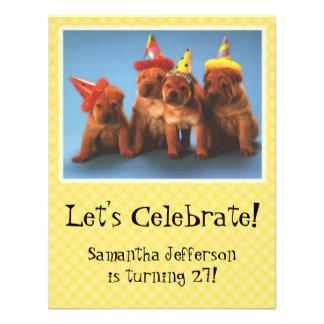 Filhotes de cachorro com convites do aniversário d