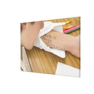 Fim-acima de uma estudante que copia no impressão em canvas
