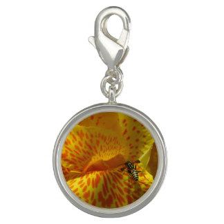 Fim-acima do encanto da flor amarelo alaranjado charms com fotos