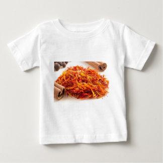 Fim-acima perfumado do açafrão camiseta para bebê