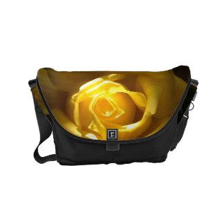 Fim do rosa amarelo acima da bolsa bolsa mensageiro