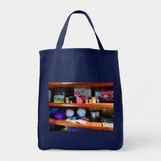 Fio e linha na loja geral bolsas para compras