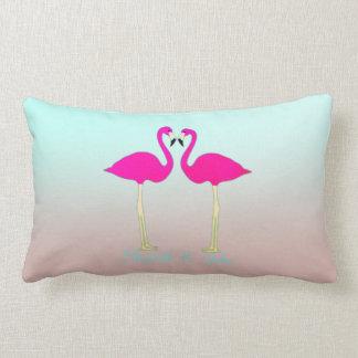 Flamingos cor-de-rosa adoráveis no almofada lombar