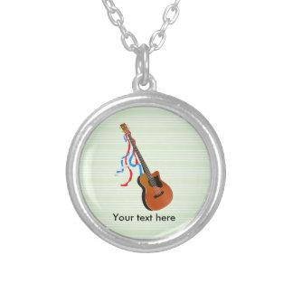 Flâmulas azuis brancas vermelhas da guitarra baixa colar banhado a prata