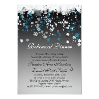 Flocos de neve brancos, azuis em um jantar de convites