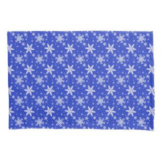 Flocos de neve brancos no azul
