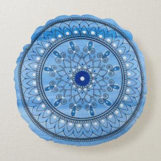 Flor azul e branca bonito tirada mão da mandala almofada redonda