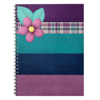 Flor bonito no caderno colorido das listras