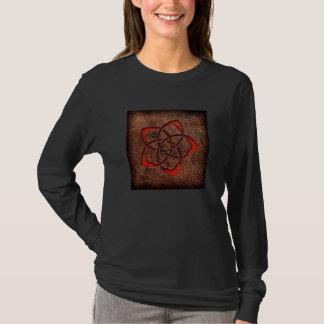 Flor celta alaranjada no couro camiseta