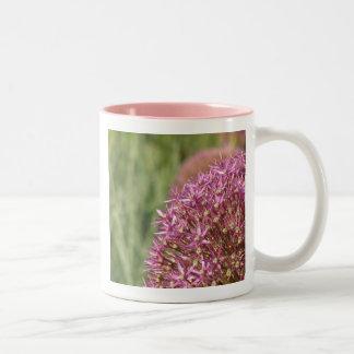 Flor cor-de-rosa 1 do allium caneca de café em dois tons