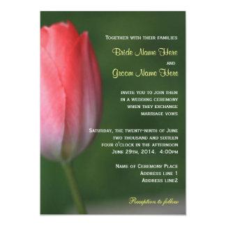 Flor cor-de-rosa bonito da tulipa no casamento convite