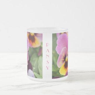Flor cor-de-rosa e amarela colorida do amor caneca de café vidro jateado