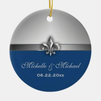 Flor de lis azul de prata personalizada ornamento de cerâmica redondo