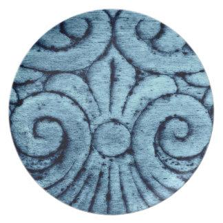 Flor de lis que cinzela no azul bonito pratos de festas
