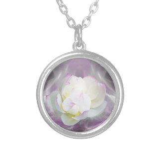Flor de lótus brancos colar com pendente redondo