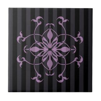 Flor roxa gótico em listras escuras azulejo