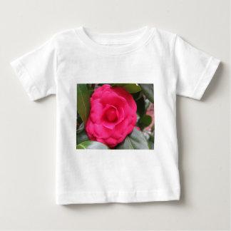 Flor vermelha do japonica Rachele Odero da camélia Camiseta Para Bebê