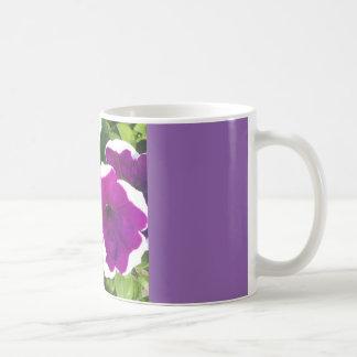 Flor violeta caneca de café