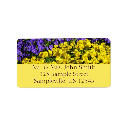 Floral colorido das violas roxas e amarelas etiqueta de endereço