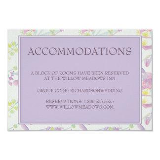 Floral roxo do cartão das acomodações do casamento