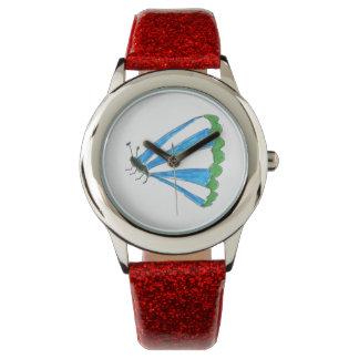 Florença caçoa o relógio vermelho do brilho