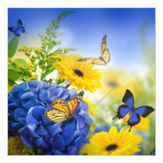 Flores amarelas azuis com borboletas impressão de foto