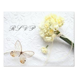 flores amarelos pálido com o cartão da borboleta convite personalizados