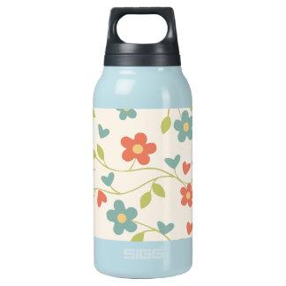 Flores bonitos e videiras quentes e garrafa fria