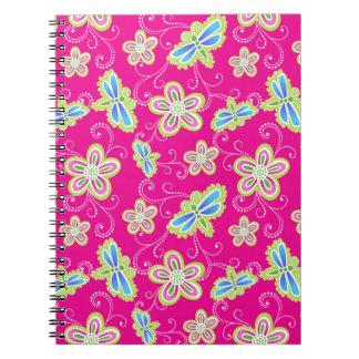 Flores bonitos, libélulas e redemoinhos no rosa caderno espiral