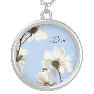 Flores brancas das magnólias dos presentes das colar com pendente redondo